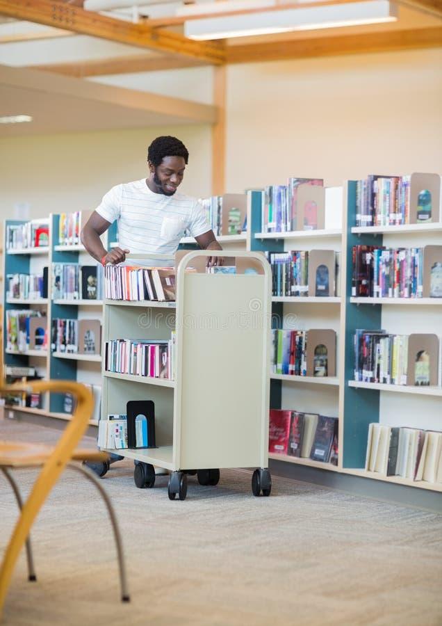 Bibliotekarie With Trolley Books fotografering för bildbyråer