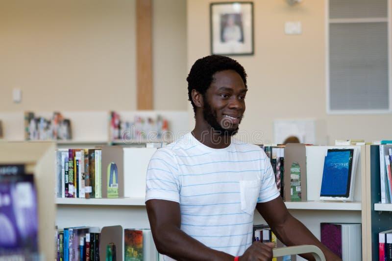 Bibliotekarka przy pracą zamienia książki zdjęcia stock