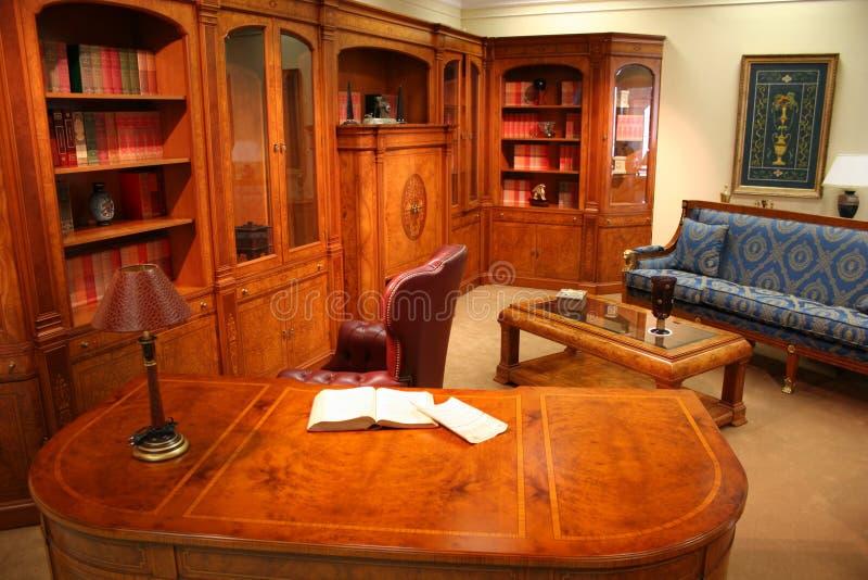 Bibliothèque à la maison photos libres de droits
