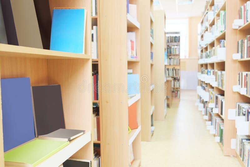 Bibliothèque avec des étagères à livres photo libre de droits