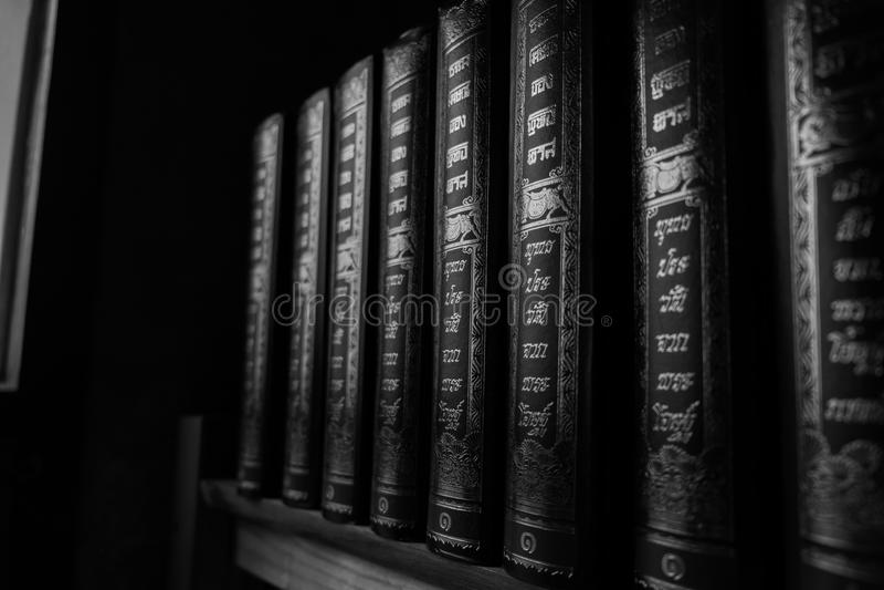 Bibliothèque avec des rangées de vieux livres antiques image stock