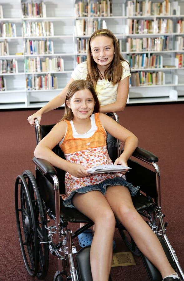 Bibliothèque d'école - aide photographie stock libre de droits