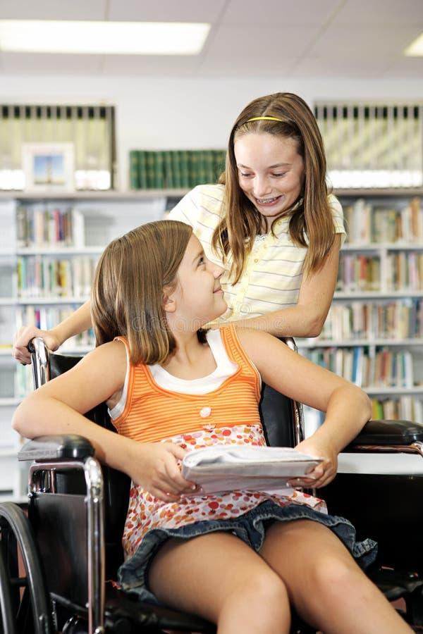 Bibliothèque d'école - amitié images stock