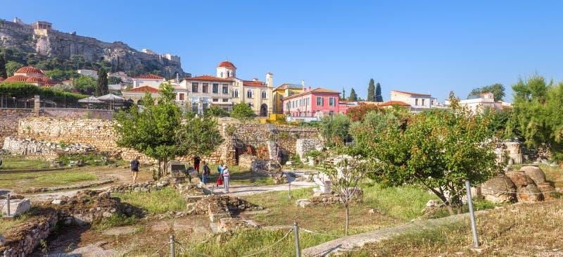 Biblioth?que d'Acropole de n?gligence de Hadrian et de belles maisons au secteur de Plaka, Ath?nes, Gr?ce photographie stock libre de droits