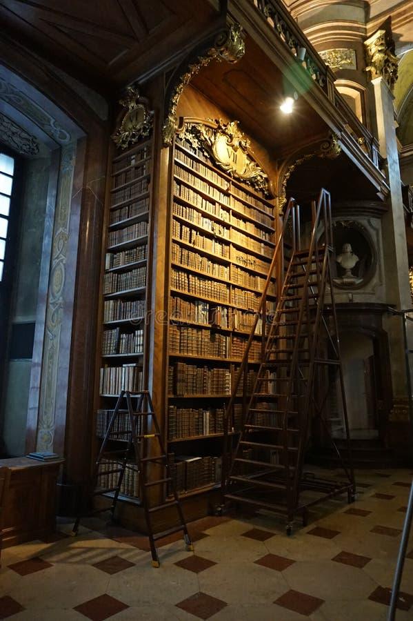Bibliothèque dans le hall principal de la bibliothèque autrichienne nationale dans le palais de Hofburg photos stock