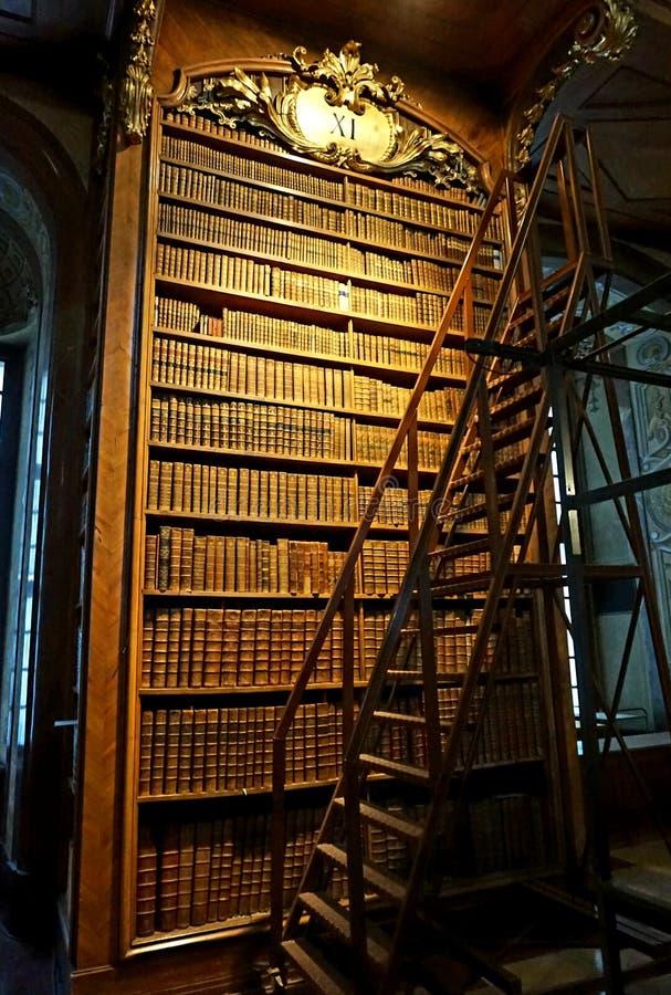 Bibliothèque dans le hall principal de la bibliothèque autrichienne nationale dans le palais de Hofburg image libre de droits