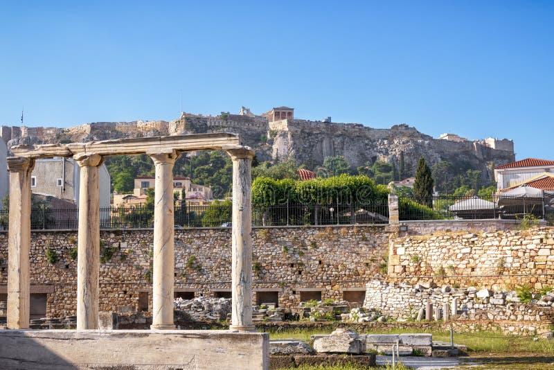 Bibliothèque de Hadrian donnant sur l'Acropole célèbre, Athènes photos stock