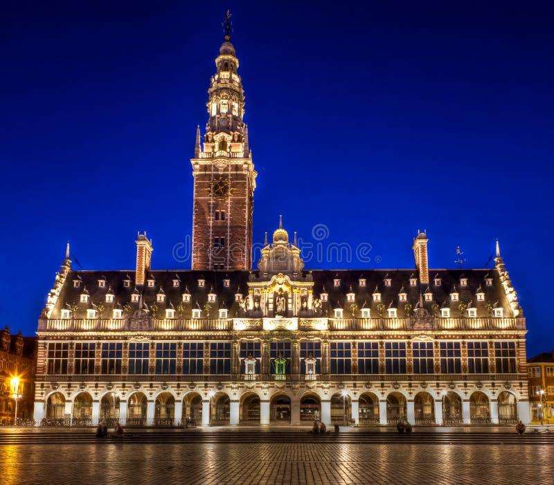Bibliothèque de l'université de Louvain la nuit photographie stock