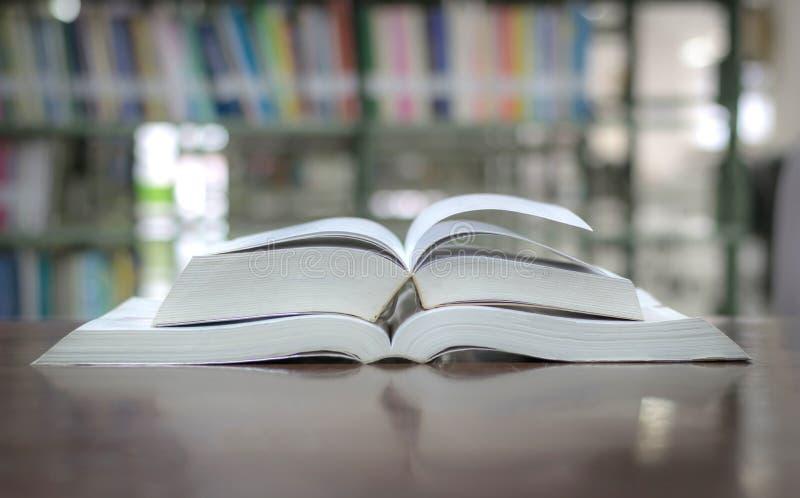 Bibliothèque de livre d'éducation placée sur l'étude de table pour l'étude de la connaissance photos stock