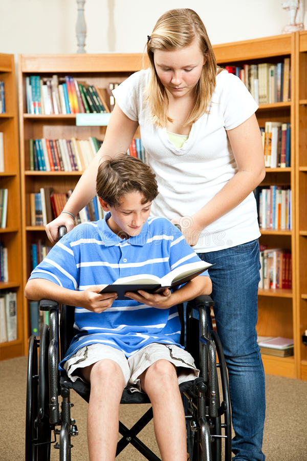 Bibliothèque - garçon handicapé photo stock