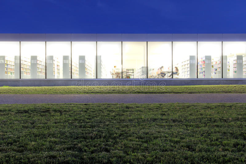 Bibliothèque moderne photo libre de droits
