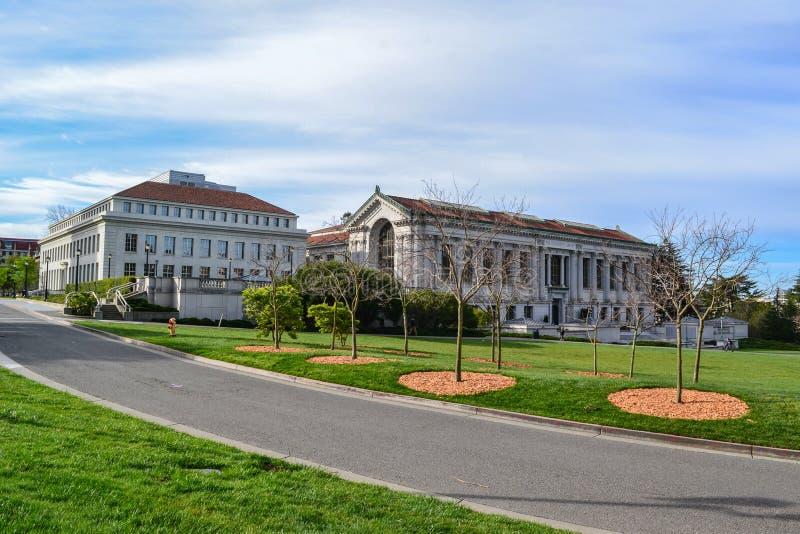 Bibliothèque sur le campus d'université image stock