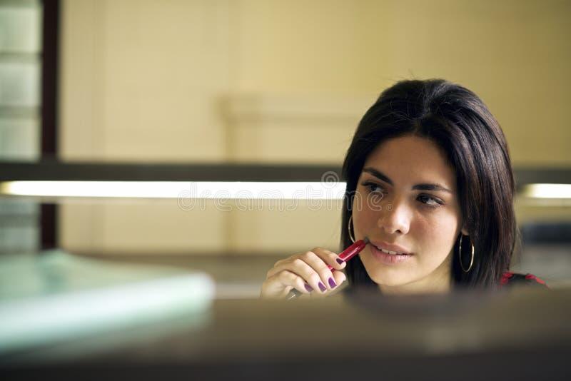 Bibliothèque universitaire et étudiante, beau stu de jeune femme photo stock