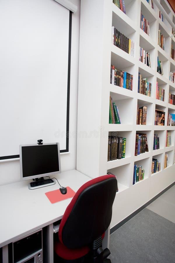 Bibliothèque vide, ordinateurs, livres photographie stock libre de droits