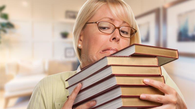 Bibliothécaire, étudiant ou femme d'affaires soumis à une contrainte Juggling Books photo libre de droits