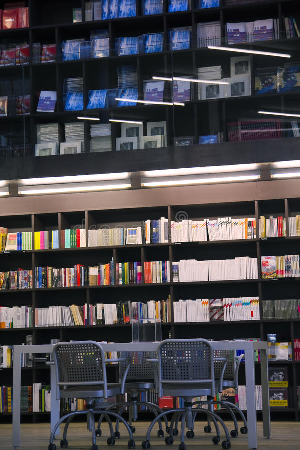 Bibliotheek, boekenkast redactionele stock foto. Afbeelding ...