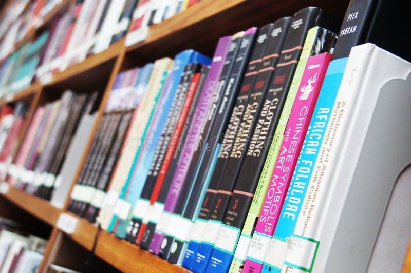 Download Bibliotheek, boekenrek redactionele fotografie. Afbeelding bestaande uit kennis - 39116532