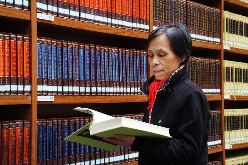 Download Bibliotheek, Boekenrek, Lezing, Het Denken Redactionele Stock Afbeelding - Afbeelding bestaande uit boeken, mensen: 39115664