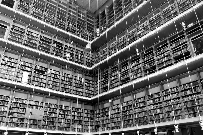 Bibliotheek en boeken stock afbeeldingen