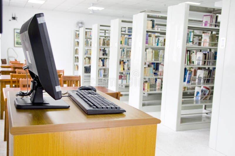 Bibliotheek en computer   stock afbeelding