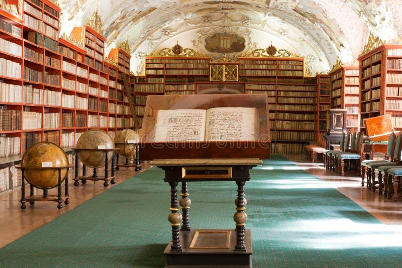 Bibliotheek, Oude boeken in klooster Stragov stock fotografie