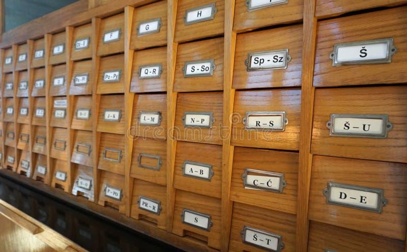 Bibliotheek oude houten catalogus met brieven op laden, zijaanzicht royalty-vrije stock afbeeldingen