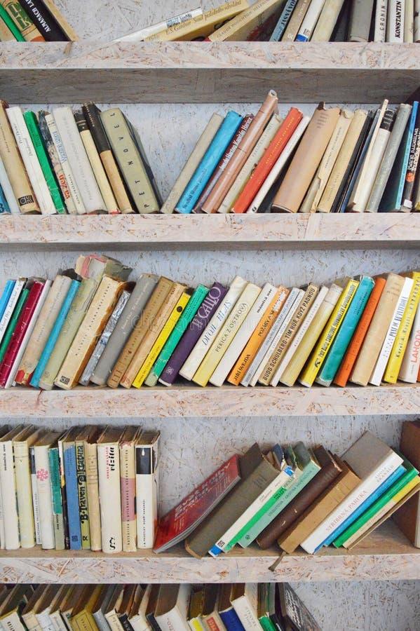 Bibliotheek in tweedehandse boekhandel stock afbeeldingen