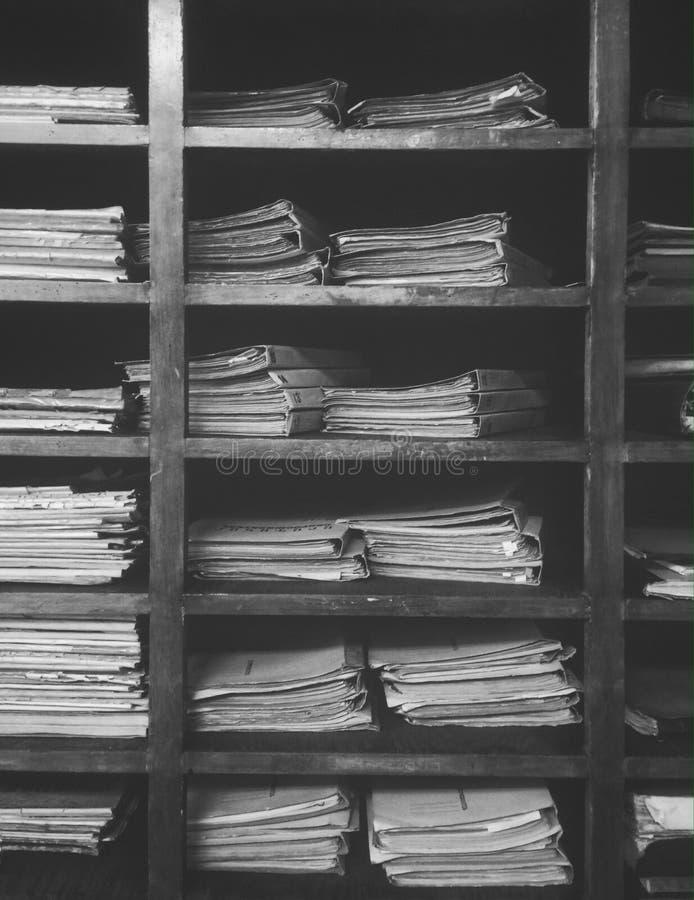 bibliotheekarchief van oude documenten stock foto