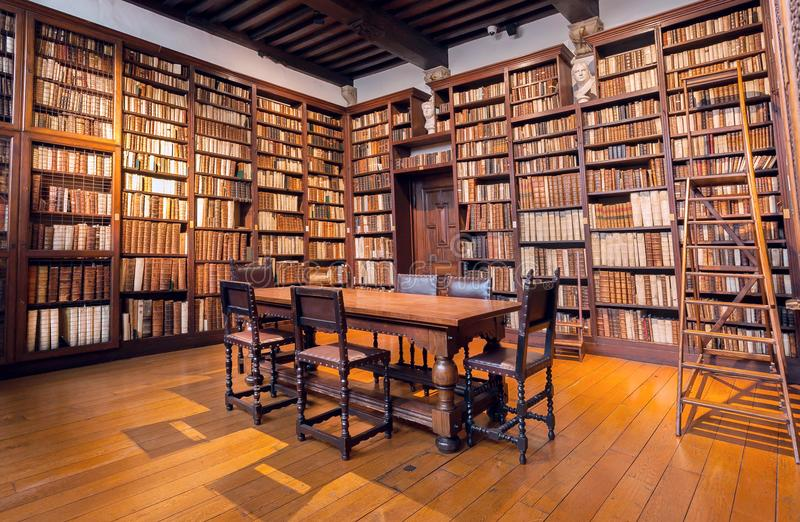 Bibliotheekruimte met boekenrekken met antieke boeken in drukmuseum van plantin-Moretus, Unesco-de Plaats van de Werelderfenis royalty-vrije stock foto's