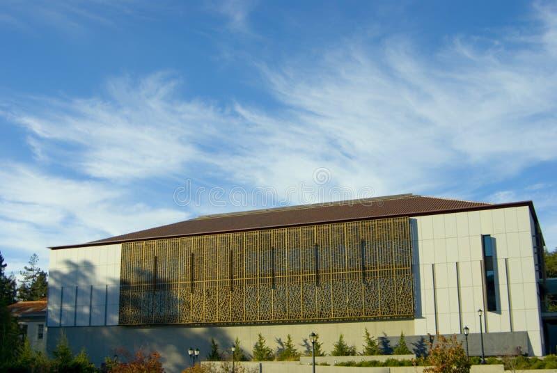 Bibliothek gegen bewölkten Himmel lizenzfreies stockbild