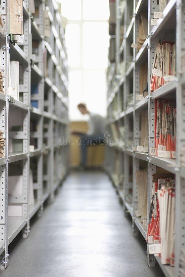 Bibliothek legt voll von der farbunterlegten Archivierung beiseite stockbild