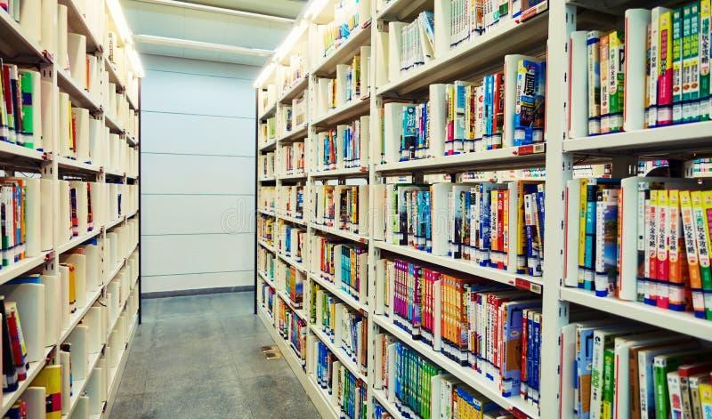 Bibliotheksbücherregal mit Büchern lizenzfreie stockfotos