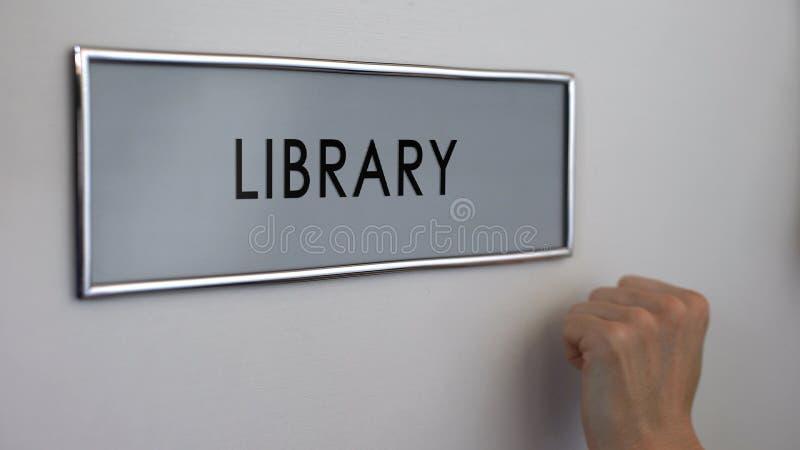 Bibliotheksbürotür, klopfende Hand, Hochschulbildung, Buchsammlung lizenzfreie stockfotografie