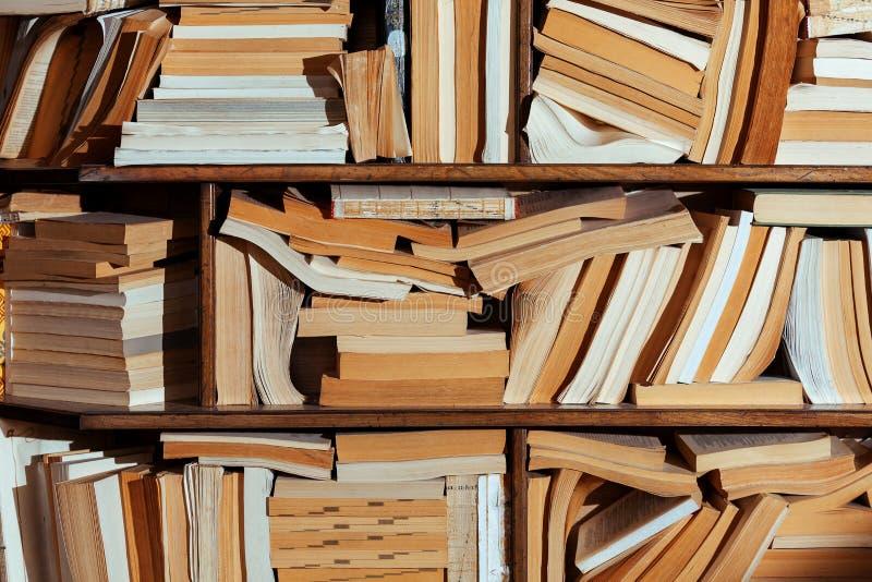 Bibliothekshintergrund-Geschäftes vieler alten Bücher des Regals gelegentliche zerstreute Verwirrung des unterschiedlichen lizenzfreie stockfotografie