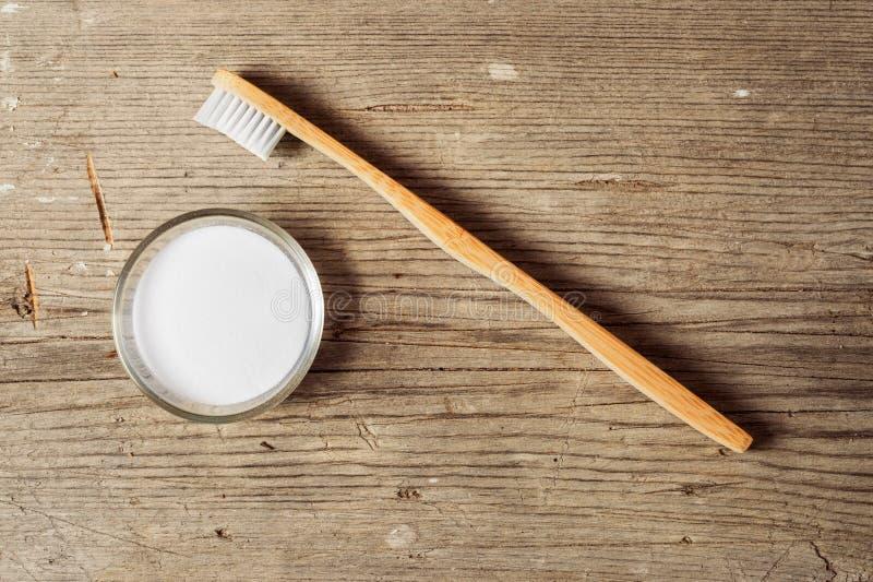 Bicarbonate de soude à côté d'une brosse à dents photos libres de droits