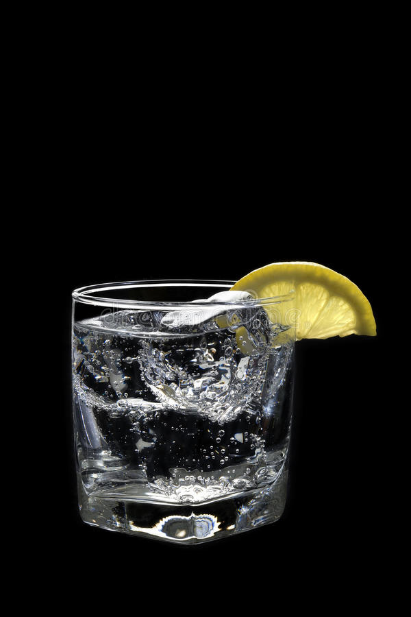 Bicarbonate de soude de club ou cocktail tonique de genièvre/vodka sur un noir photographie stock