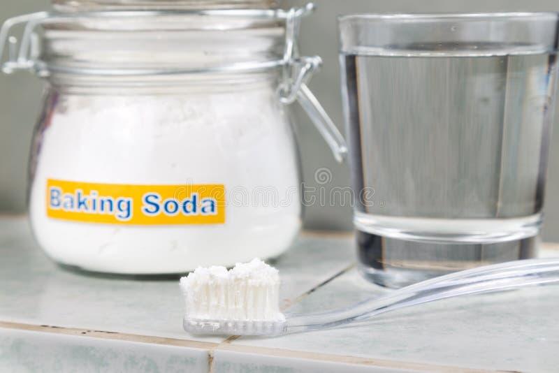 Bicarbonate de soude employé pour éclairer des dents et pour enlever la peste des gommes images libres de droits