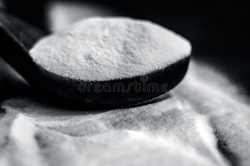 Bicarbonate de soude ou carbonate d'hydrogène de sodium dans un scoop en bois photos libres de droits