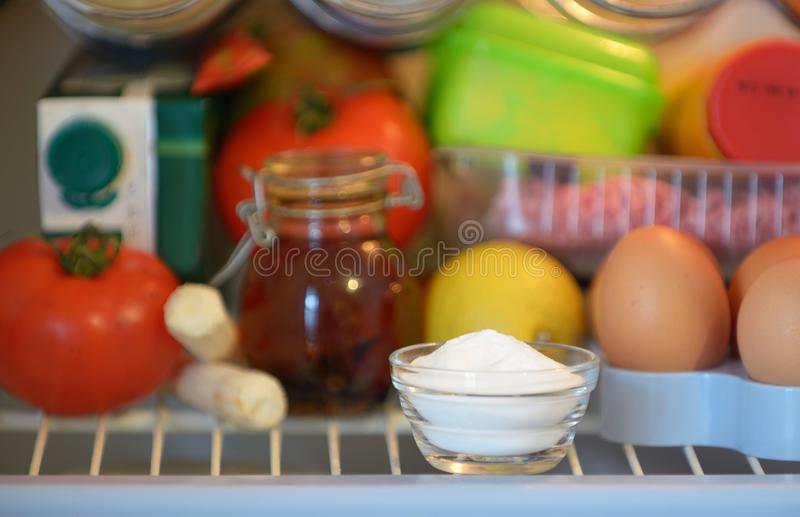 Bicarbonato de sódio dentro do refrigerador foto de stock