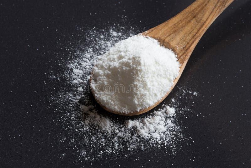 Bicarbonato de sodio del bicarbonato de sosa en una cuchara de madera imágenes de archivo libres de regalías