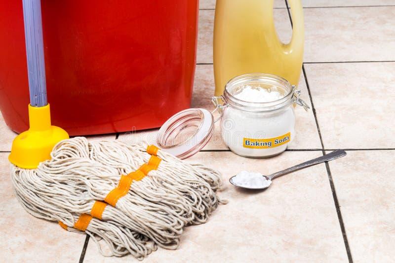 Bicarbonato de sosa con el cubo, fregona, detergente para la limpieza de la casa foto de archivo