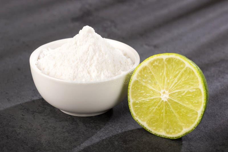 Bicarbonato de sosa con el limón - limon de Ã- de la fruta cítrica Espacio del texto foto de archivo