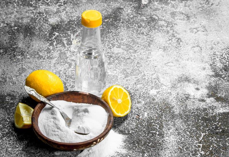Bicarbonato de sosa con vinagre y el limón foto de archivo libre de regalías