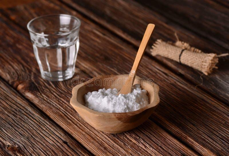 Bicarbonato de sosa en el cuenco fotos de archivo