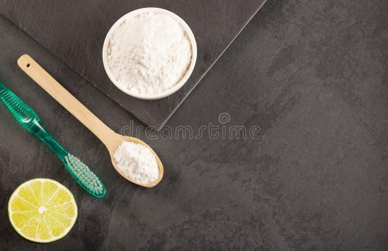 Bicarbonato di sodio con il limone e la spazzola immagini stock