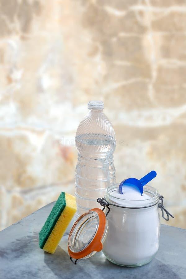 Bicarbonato di sodio e del limone Bicarbonato di sodio dei pulitori, vinegarlemon e tavola naturali ecologici della spugna fotografia stock libera da diritti