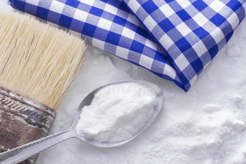 Bicarbonato di sodio e spazzola fotografia stock