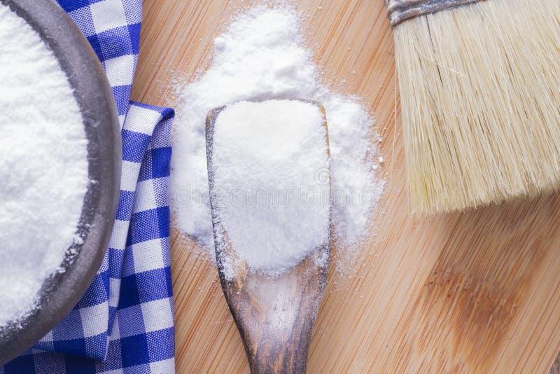 Bicarbonato di sodio e spazzola immagini stock