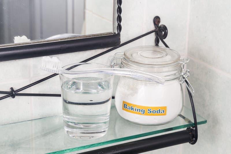 Bicarbonato di sodio usato per illuminare i denti e rimuovere peste dalle gomme immagine stock