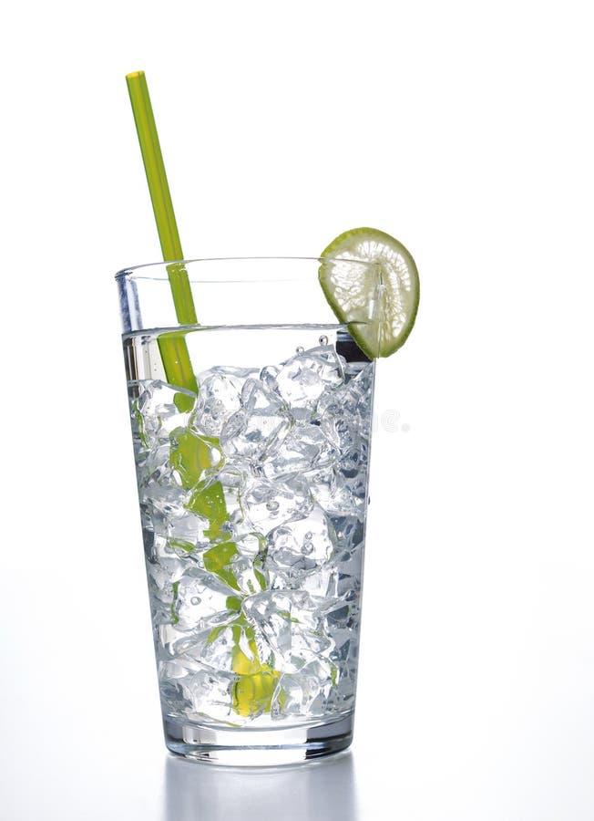 Bicchiere d'acqua con i cubetti di ghiaccio pronti a bere fotografie stock